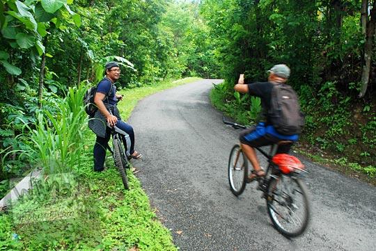 bersepeda santai di jalan alternatif dari Desa Wonolelo menuju Puncak Bucu di Piyungan, Bantul pada Desember 2015