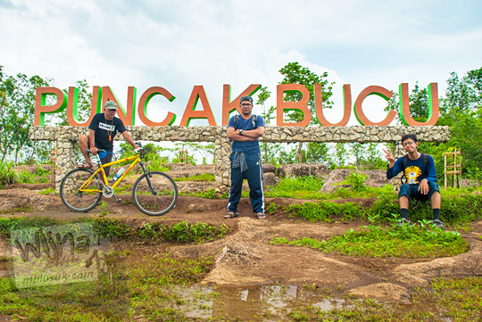 Foto bareng dengan sepeda di tulisan Besar Puncak Bucu di Piyungan, Bantul pada Desember 2015
