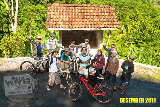 Foto pesepeda SPSS di Pos Ronda Kenangan jalur Wonolelo dusun Kaligatuk di Piyungan, Bantul pada Desember 2011