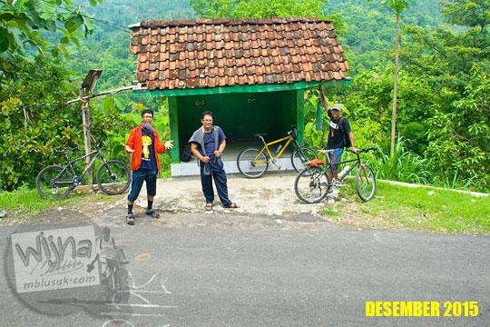 Foto pesepeda SPSS di Pos Ronda Kenangan jalur Wonolelo dusun Kaligatuk di Piyungan, Bantul pada Desember 2015