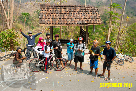 Foto pesepeda SPSS di Pos Ronda Kenangan jalur Wonolelo dusun Kaligatuk di Piyungan, Bantul pada September 2011