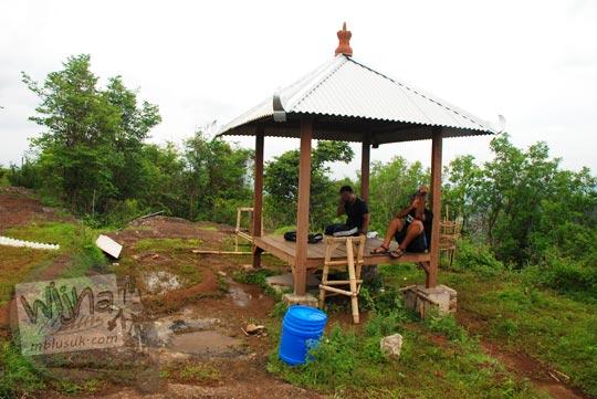 muda-mudi pacaran mesum di gazebo Puncak Bucu yang ada di Srimulyo, Piyungan, Bantul pada Desember 2015
