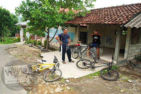 pesepeda istirahat di pos roda sebelah SDN Kaligatuk di Desa Srimulyo, Piyungan, Bantul pada Desember 2015