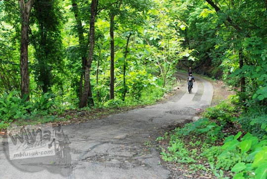 Jalan alternatif turunan tajam dari Puncak Bucu, Piyungan ke Desa Wonolelo, Pleret di Bantul pada Desember 2015