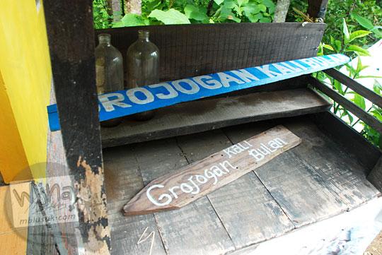 misteri kasus dicopotnya papan petunjuk arah Grojogan Kali Bulan di sepanjang Jalan Alternatif Wonolelo di Desa Piyungan, Bantul pada Desember 2015