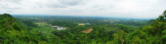 Foto panorama pemandangan siang hari Kota Yogyakarta dilihat dari atas Puncak Bucu di Piyungan, Bantul pada Desember 2015