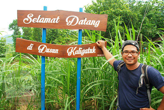 foto cowok selfie dengan papan nama dusun Kaligatuk di Desa Srimulyo, Piyungan, Bantul pada Desember 2015