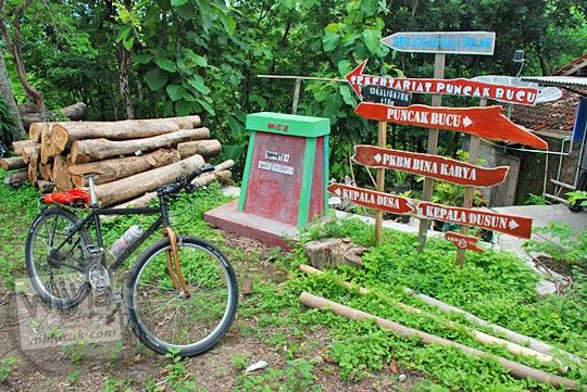 papan petunjuk arah ke Puncak Bucu dan Grojogan Kali Bulan di Dusun Ngelosari, Piyungan, Bantul pada Desember 2015