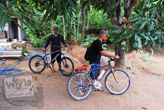 Pulang bersepeda dari Air Terjun Surupethek yang masih tersembunyi di Pleret, Bantul pada Desember 2015