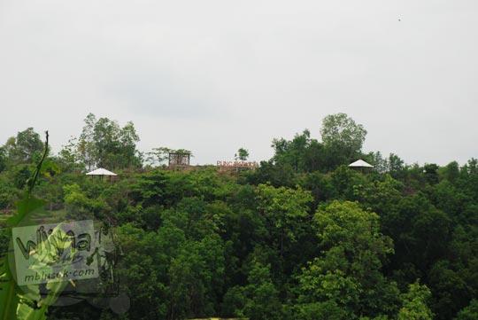 tulisan besar Puncak Bucu di Piyungan, Bantul dilihat dari kejauhan pada Desember 2015