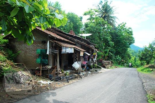 warung kelontong dekat SD Kaligatuk di Piyungan, Bantul pada Desember 2015