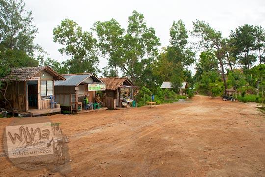 lokasi parkir bus dan mobil di kawasan obyek wisata Canting mas Puncak Dipowono, Hargowilis, Kokap, Kulon Progo pada Januari 2016