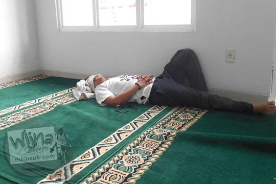 Hukum syariat islam pria muslim tidur di masjid atau di mushalla walaupun di mushalla SPBU sekalipun pada Januari 2016