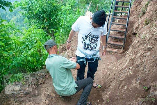 jenis dan merek alat pengaman sabuk yang dikenakan pengunjung obyek wisata Kalibiru, Hargowilis, Kokap, Kulon Progo sebelum mereka naik ke spot pohon untuk berfoto pada Januari 2016