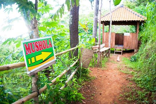 fasilitas mushalla kecil di lokasi obyek wisata Canting mas Puncak Dipowono, Hargowilis, Kokap, Kulon Progo pada Januari 2016