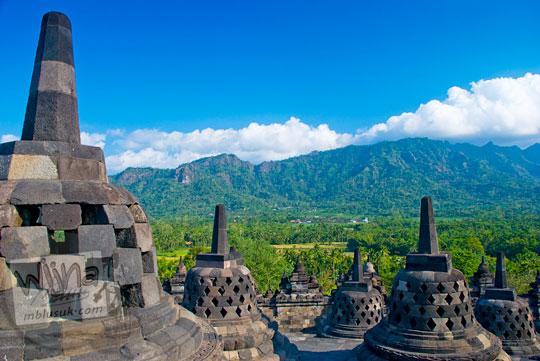 Perbukitan Menoreh dengan langit biru cerah dilihat dari puncak Candi Borobudur pada Januari 2016