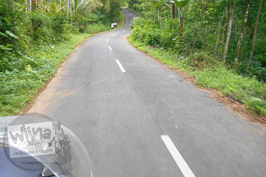 Penampakan ruas jalan alternatif di Perbukitan Menoreh dari Gua Kiskendo ke Obyek Wisata Kalibiru, Kulon Progo pada Januari 2016
