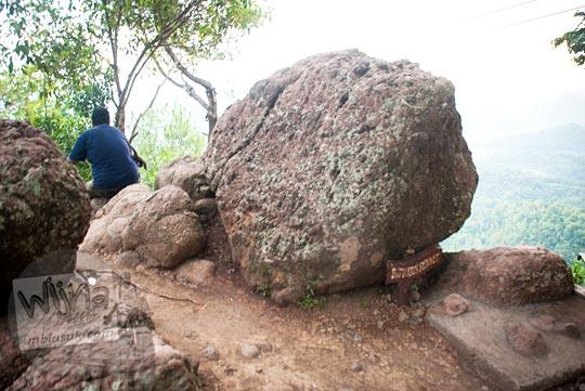 sejarah batu chris bennet yang ada di lokasi obyek wisata Kalibiru, Hargowilis, Kokap, Kulon Progo pada Januari 2016