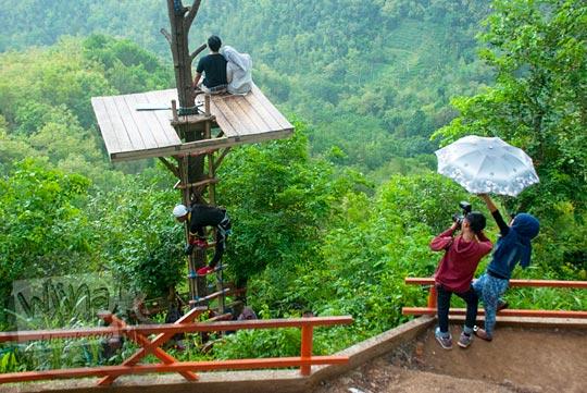 wawancara dengan fotografer lokal tentang tarif harga jasa foto prewedding dan photo session di obyek wisata Kalibiru, Hargowilis, Kokap, Kulon Progo pada Januari 2016