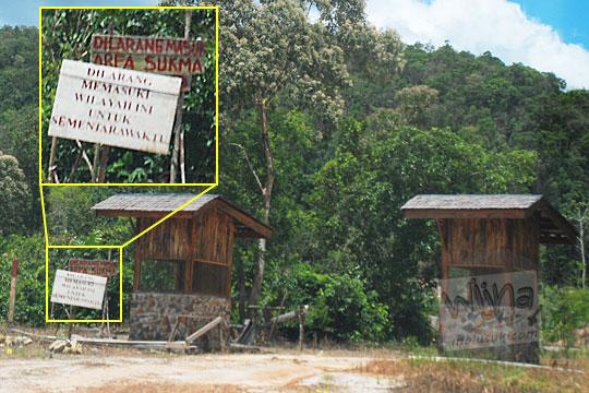 papan larangan dilarang masuk di gerbang air terjun marsila belitung karena ada kasus wisatawan pengunjung celaka makhluk halus penunggu hutan