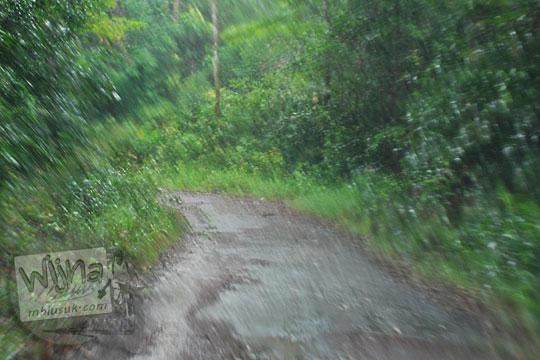 medan kondisi jalan aspal membelah hutan mendaki gunung menuju air terjun gurok beraye belitung senantiasa becek tergenang air tanah longsor di musim hujan sehingga pengunjung kesulitan melintas