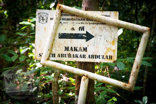 papan arah makam kisah mistis syekh abubakar abdullah penyebar islam awal pulau belitung terletak kawasan air terjun gurok beraye
