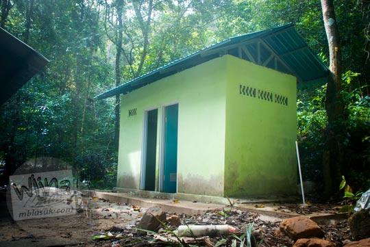 bangunan hijau tengah hutan berupa toilet umum kamar ganti fasilitas umum wisatawan air terjun gurok beraye belitung bersih rapi nyaman