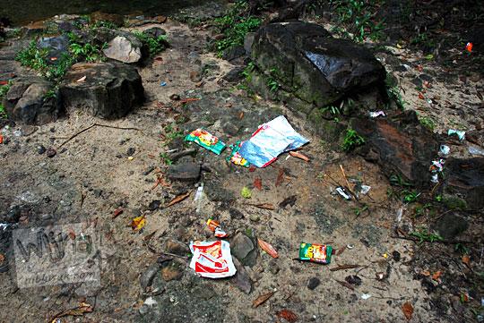 ceceran sampah plastik kotor merusak keasrian pemandangan obyek wisata air terjun gurok beraye belitung tidak ada tempat sampah dibuang sembarangan