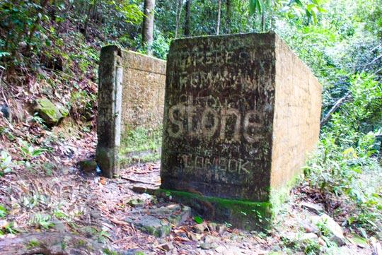 penampakan wujud kondisi bangunan bekas toilet kamar mandi ruang ganti terbengkalai terkesan seram rumah hantu terletak di obyek wisata air terjun gurok beraye belitung