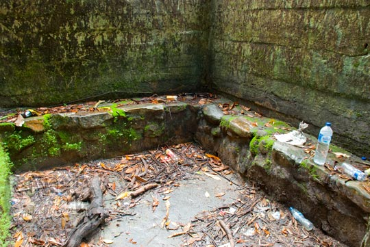 kondisi suasana penampakan di dalam bekas bangunan toilet wc kamar ganti pengunjung obyek wisata air terjun gurok beraye belitung kotor tidak terawat banyak sampah botol plastik menganggu kenyamanan