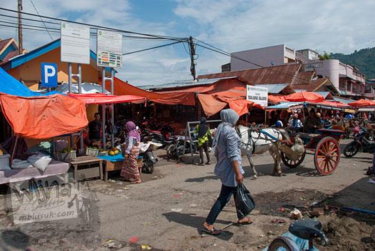 suasana aktivitas ibu wanita berbelanja pedagang pasar induk tanjung bajure kota sungai penuh jambi siang hari pada tahun 2015