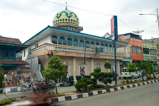 tampak luar masjid baiturahim dari seberang jalan martadinata kota sungai penuh jambi pada tahun 2015
