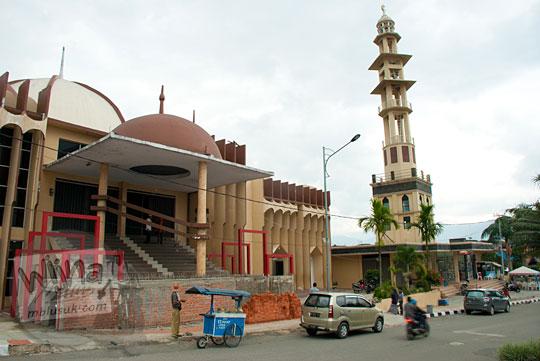 tampak luar masjid baiturahman dekat lapangan merdeka kota sungai penuh jambi pada tahun 2015