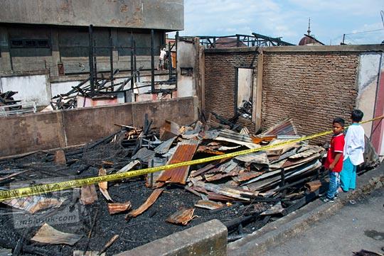 tkp tempat kejadian perkara bekas sisa penampakan rumah kebakaran jalan koekoeh kota sungai penuh jambi pada tahun 2015