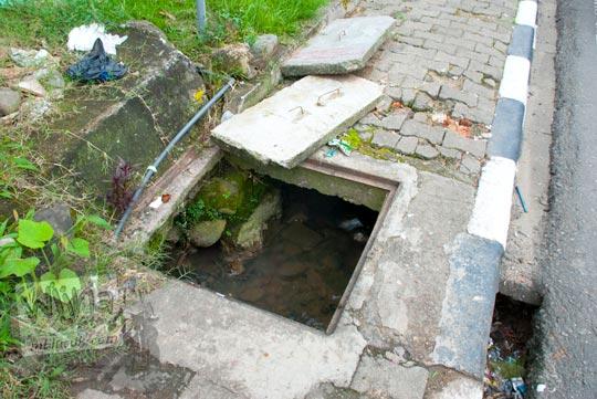kondisi trotoar rusak lubang got saluran air menganga kota sungai penuh jambi pada tahun 2015