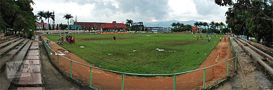 panorama pemandangan suasana lapangan merdeka kota sungai penuh jambi sore hari pada tahun 2015