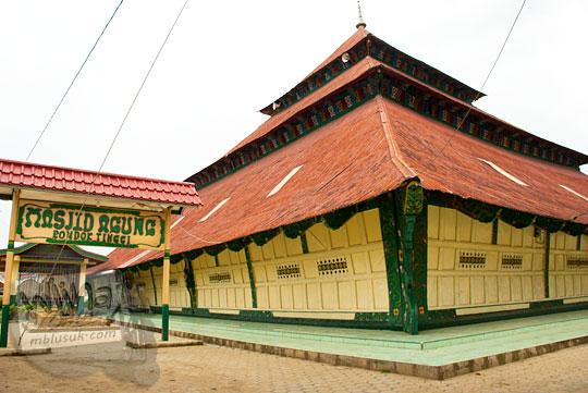 tampak luar bangunan sejarah masjid pondok tinggi ikon kota sungai penuh jambi pada tahun 2015