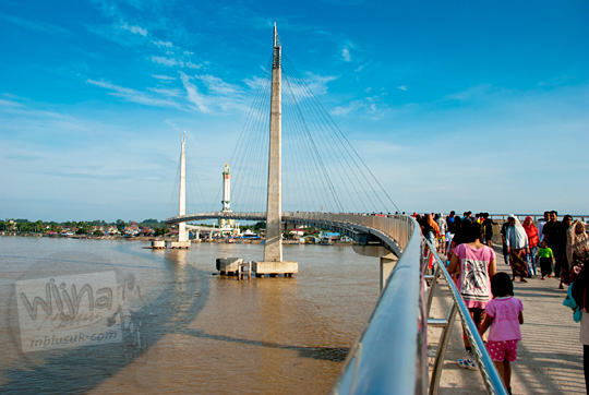 pemandangan jembatan gentala arasy membelah sungai batanghari