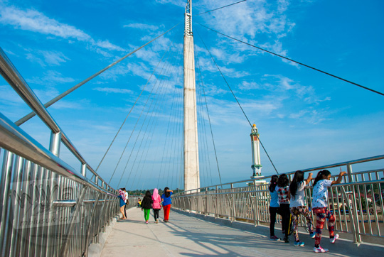 banyak anak nongkrong pagi dan sore di jembatan gentala arasy jambi