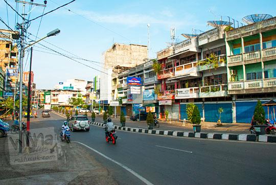 jalan raya di depan pasar induk angso duo kota jambi