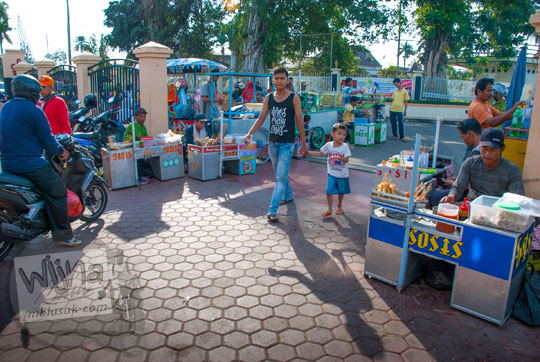 kaki lima bakul pejual sosis di gerbang masuk jembatan gentala arasy jambi