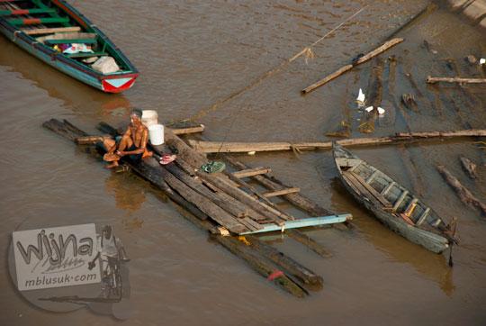 pemandangan banyak warga wanita mandi di sungai batanghari air cokelat