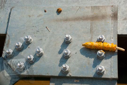 sampah jagung dibuang sembarangan di jembatan gentala arasy jambi