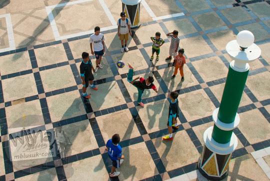 anak-anak bermain bola di kawasan sekoja jembatan gentala arasy jambi