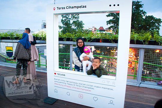 booth foto berbentuk seperti instagram untuk pengunjung berfoto selfie di teras cihampelas bandung