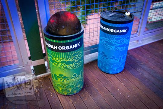penampakan dua jenis tong tempat sampah organik anorganik teras cihampelas