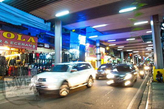 kondisi suasana jalan cihampelas macet di malam hari setelah ada teras cihampleas