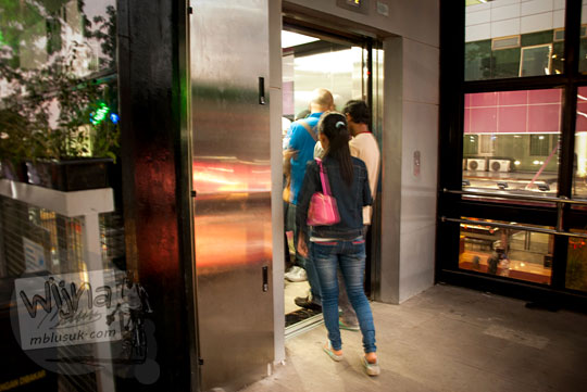 letak lift di teras cihampelas untuk memfasilitasi pengunjung difabel dan lansia