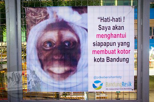 poster pocong monyet berisi larangan membuang sampah sembarangan di teras cihampelas