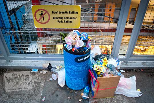 tumpukan sampah kotor jorok menggunung di salah satu sudut teras cihampelas skywalk